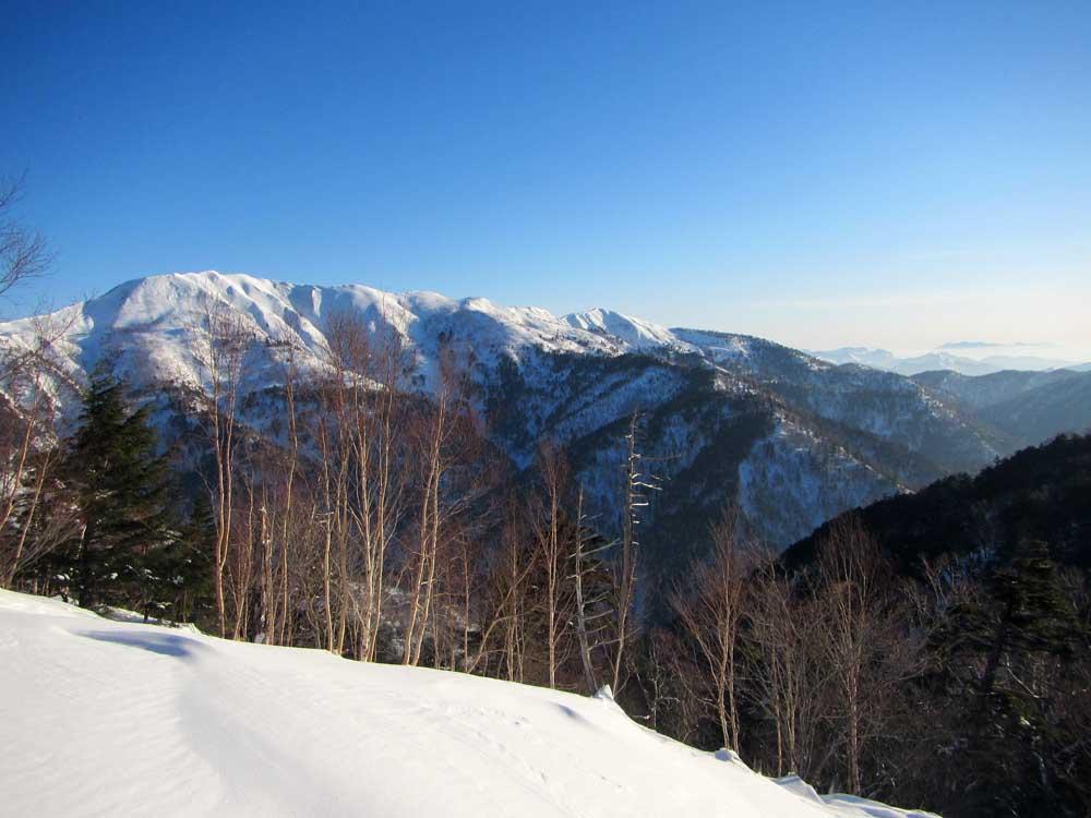 白砂山から上ノ間山へと続く稜線