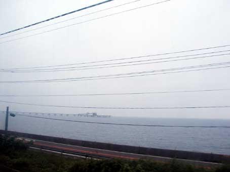 電車の車窓からも気になっていた巨大な人工構築物が見えた