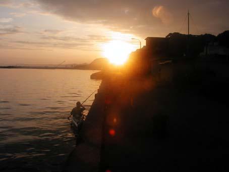 朝日を浴びて出雲崎漁港をスタート