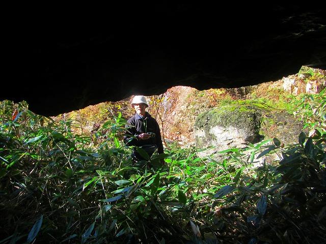 スルスの岩洞の中から見た景色