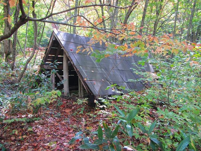 昔の入山の猟師がかけた小屋跡