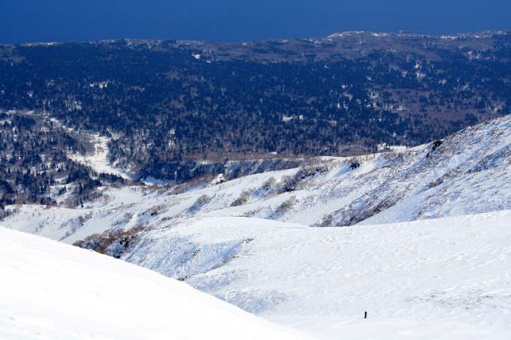 東北稜の眼下に見えるはっきりした沢はオチウシナイ沢