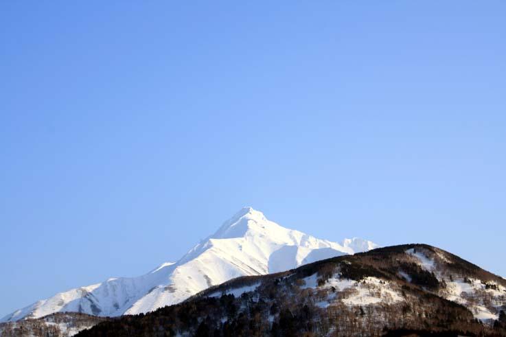 山行後、ペンションレラモシリの露天風呂から眺めた残照の利尻山