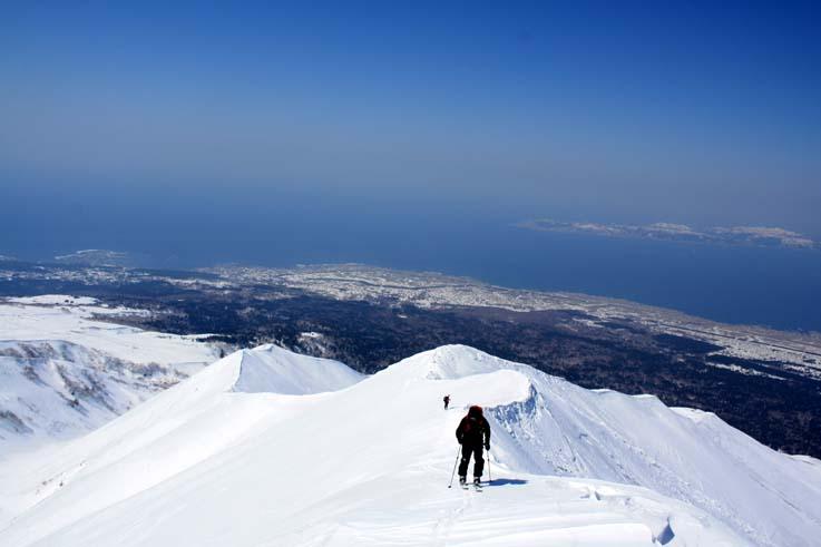 長官山への稜線を快適に登行、背後の島は礼文島