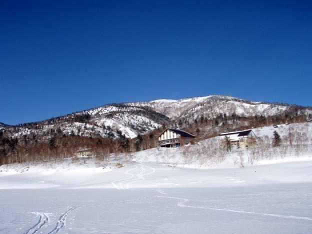 湖面から三壁山を振り返る