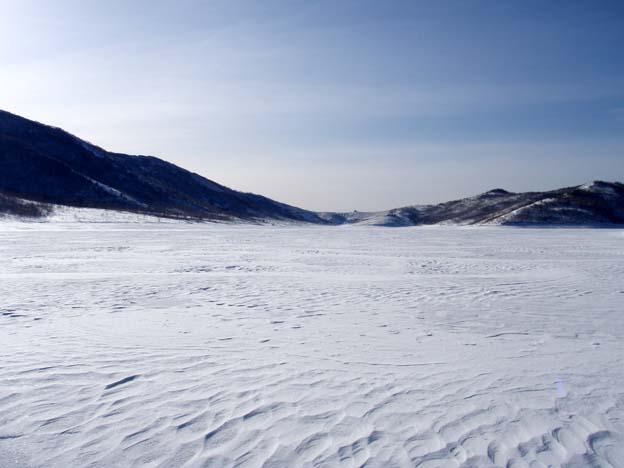 完全結氷した湖面