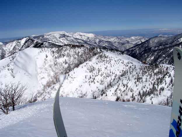 山頂から苗場~神楽方面を眺める