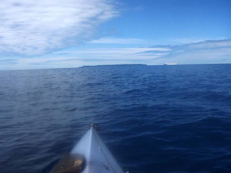 新潟行きの新日本海フェリーとすれ違う