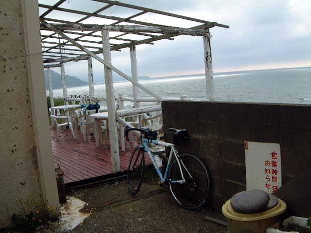 水族館の前にある古いけど気さくなレストランがゴール