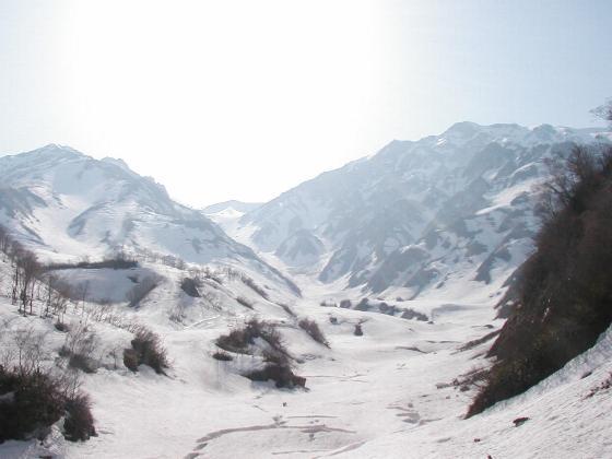 1周完了! 金山沢出合いで3日前に登った大雪渓を望む。