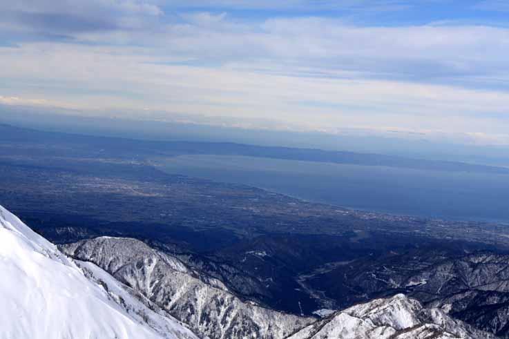 室堂乗越の向こう側に富山湾が・・・
