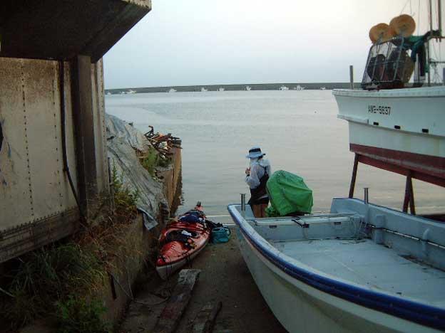 漁港の片隅から出航