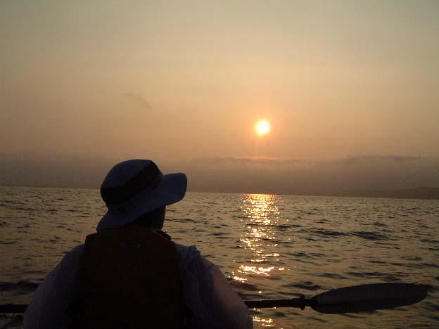 朝日を浴び、いよいよ鰺ヶ沢から七里長浜を漕ぐ